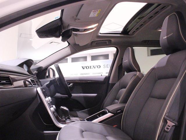 本革パワーシートはヒーター内蔵。ドイツ車にはないテイストの、シンプルで清楚な意匠と柔らかい座り心地!