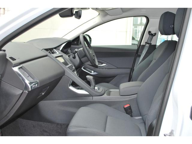 使用感の少ないフロントシート、ホールド感も程よく有りロングドライブでも疲労も少なく済みます