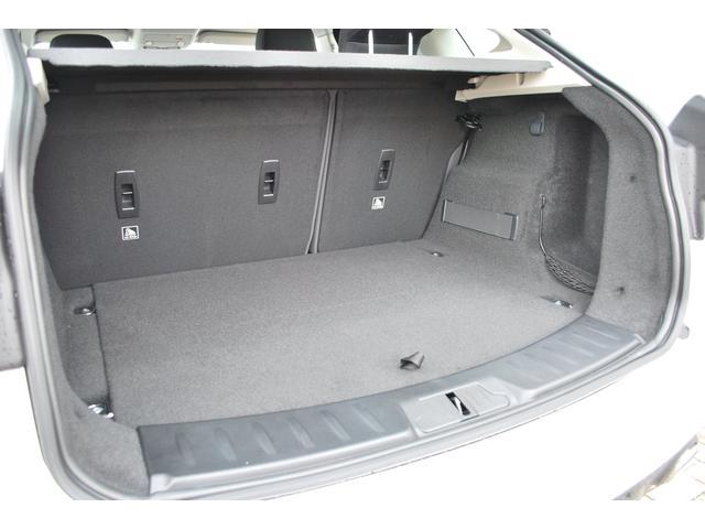 リヤシート前方に倒すことでラゲッジスペースが広がり、大きなお荷物や長い物など多彩に積めます。