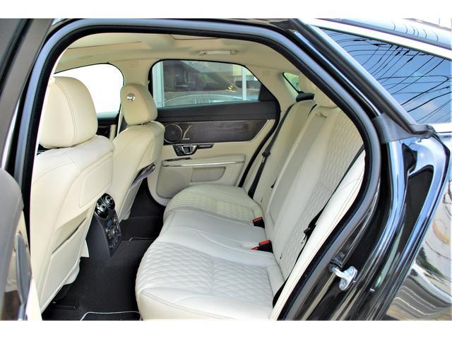 後席は頭上空間も足元空間もゆったりとしており、低い外観から受ける印象とは全く予想外の、高い居住性を持っています。後席にもシートヒーター&クーラーを装備。