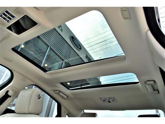 メーカーオプション サンブラインド付きパノラミックサンルーフ搭載で、室内はより明るく開放的です。
