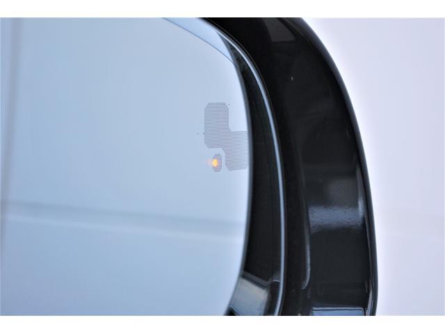 ブラインドスポットモニタードライバーは10km/h以上速で走行中に死角エリア内の追い越し車両を識別してドアミラーに接近をしれせる安心のドライブをサポートです。