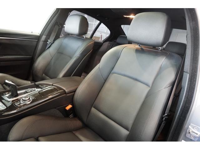 黒フルレザーパワーシート(シートヒーター付き)は、低走行車らしい、とても清潔感のあるシートで、シミや切れ・破れなどありません。気になるようなスレもなく、シート表皮の毛先が荒れた感じなどもありません。