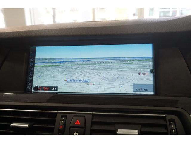 純正HDDカーナビゲーションシステムはミュージックサーバー・ミュージックプレイヤー接続・CDの再生・フルセグTV・ブルートゥースオーディオに対応。リヤビューカメラも備わっています。