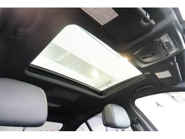 サンルーフ付きのルーフライナーはシミや生地の浮き・剥がれなどなく、頭上にも清潔感があります。ここに清潔感があると、車内全体に感じる空気の流れが、とても新鮮に感じるので、意外に重要なポイントです。