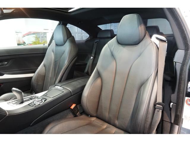 ブラックレザーダコタシートは、低走行車らしい、とても清潔感のあるシートで、シミや切れ・破れなどありません。気になるようなスレもなく、シート表皮の毛先が荒れた感じなどもありません。