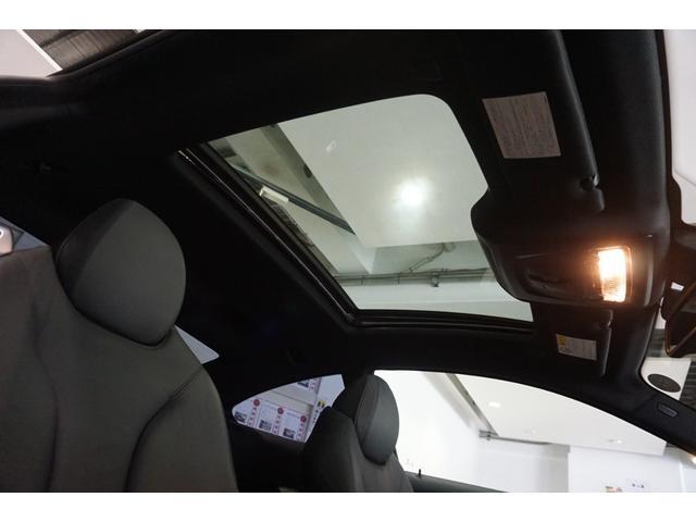 サンルーフ付き。ルーフライナーはシミや生地の浮き・剥がれなどなく、頭上にも清潔感があります。ここに清潔感があると、車内全体に感じる空気の流れが、とても新鮮に感じるので、意外に重要なポイントです。