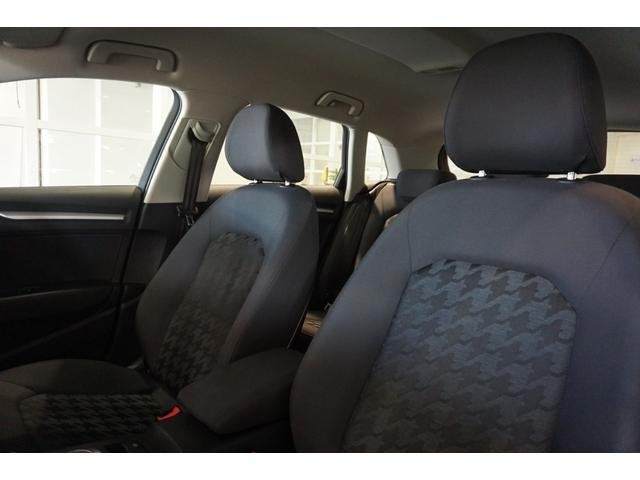 ファブリックシートは、低走行車らしい、とても清潔感のあるシートで、シミや切れ・破れなどありません。気になるようなスレもなく、シート表皮の毛先が荒れた感じなどもありません。