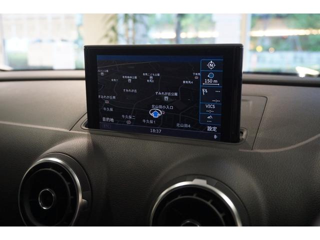 純正HDDカーナビゲーションシステムはフルセグTVに対応。リヤビューカメラも備わっています。