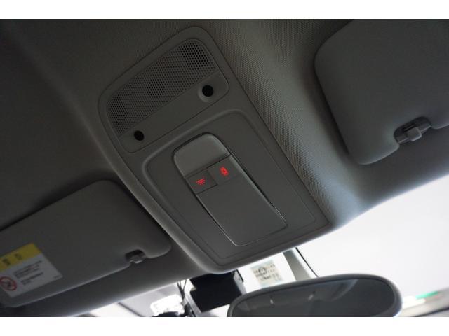ルーフライナーはシミや生地の浮き・剥がれなどなく、頭上にも清潔感があります。ここに清潔感があると、車内全体に感じる空気の流れが、とても新鮮に感じるので、意外に重要なポイントです。