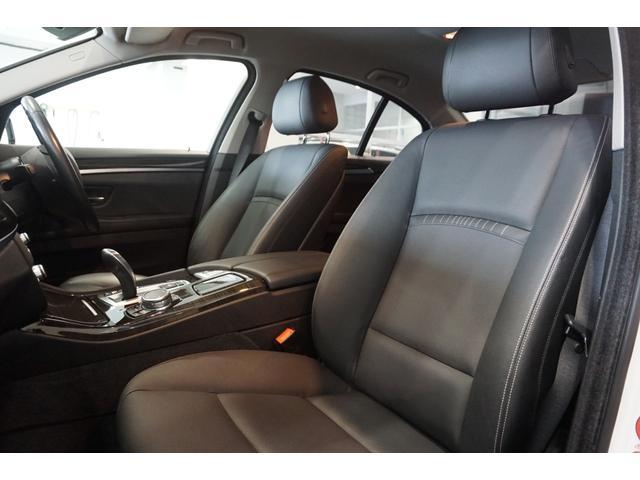 ブラックレザーシートは、低走行車らしい、とても清潔感のあるシートで、シミや切れ・破れなどありません。気になるようなスレもなく、シート表皮の毛先が荒れた感じなどもありません。