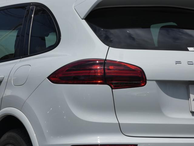 S E-ハイブリッド プラチナエディション プラグインハイブリッド ホワイト 黒半革 PASMエアマティックサスペンション ポルシェエントリー&ドライブシステム 専用20AW PDLSバイキセノンヘッドライト右ハンドル 正規ディーラー車(5枚目)