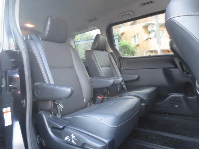 2列目席の天井には後席用のオートエアコンスイッチを備え、左右席が独立したキャプテンシートにアームレストも備えられておりますので、快適にお過ごし頂けます。