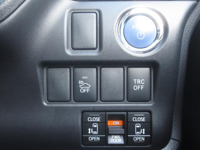 両側は電動のスライドドアで、室内スイッチとリモコンキー(遠隔操作にて)などで開閉操作が行えます。オートクロージャー機能も其々のスライドドアに搭載されておりますので半ドアで止まると自動で全閉致します。