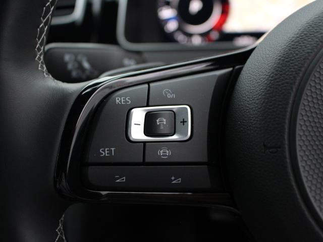 前車追従機能付きクルーズコントロール(ACC)付きです。前を走行中の車両に一定の間隔で速度調整してくれるので、高速道路での安全確保と疲労軽減に効果があります。