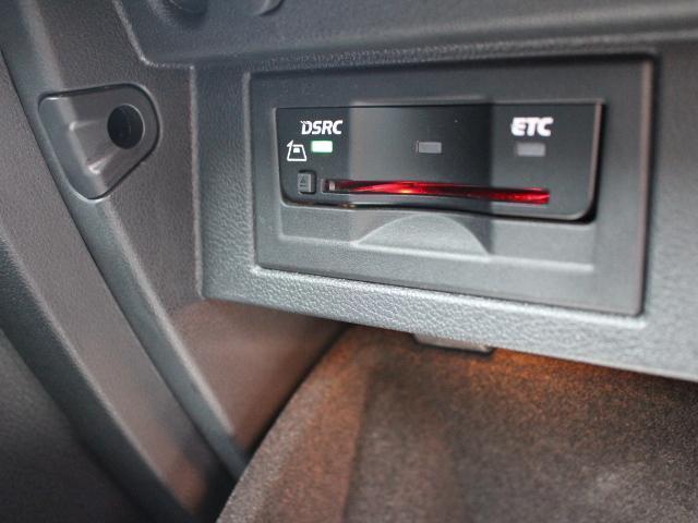 ETCはグローブボックスの中に装着されています。DSRC(ETC 2.0)に対応していますので、渋滞情報などリアルタイムでナビに反映されます。