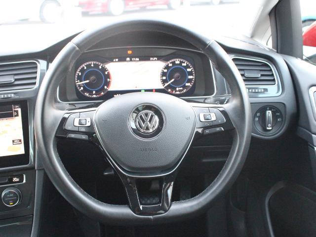 マルチファンクションスイッチつきの本革巻きステアリングは、より安全な長時間ドライブをサポートします。