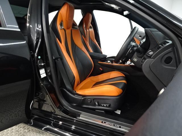 ブラック×オレンジのバイカラーによるスポーツシートでスポーティさも演出しながら、ホールド性も高いシートです。