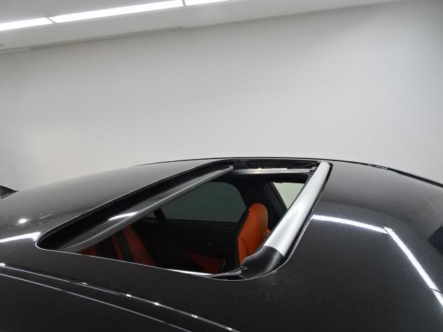電動ガラスムーンルーフを装備。採光性や空気循環に優れ開放感のある人気装備です。