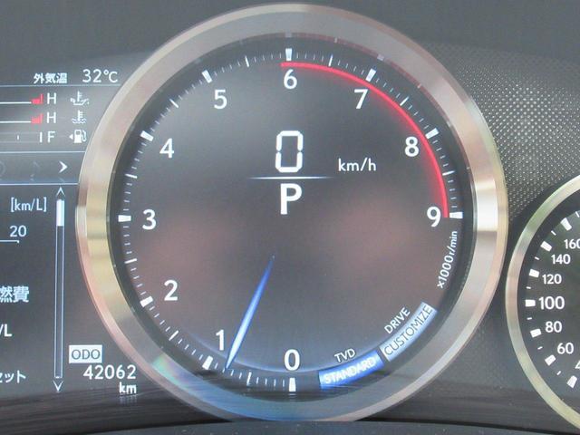 センターに配置されているタコメーターには走行モードに応じて表示方法が変化致します。画像はノーマル、カスタマイズモード時の写真です。
