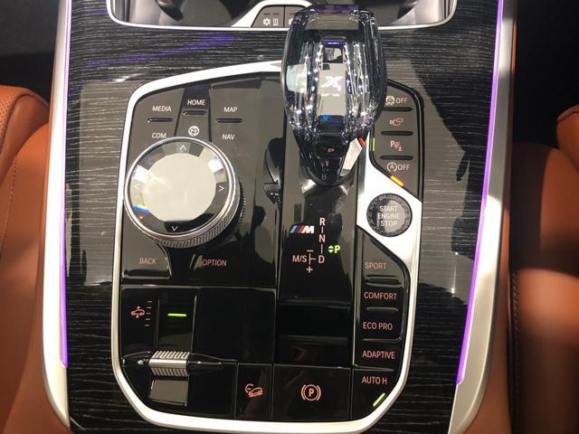 M50i サンルーフ 弊社デモカー 禁煙車 6人乗 リアシートディスプレイ ブラウンレザーシート フルセグTV 21インチAW エアサスペンション ハーマンカードンスピーカー ステアリングヒーター(31枚目)