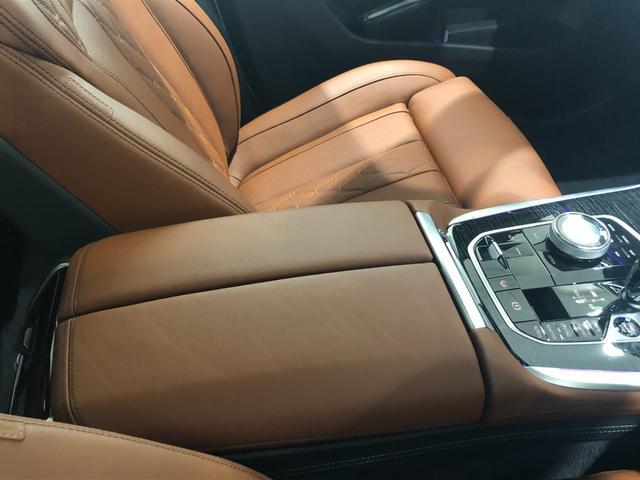 M50i サンルーフ 弊社デモカー 禁煙車 6人乗 リアシートディスプレイ ブラウンレザーシート フルセグTV 21インチAW エアサスペンション ハーマンカードンスピーカー ステアリングヒーター(33枚目)