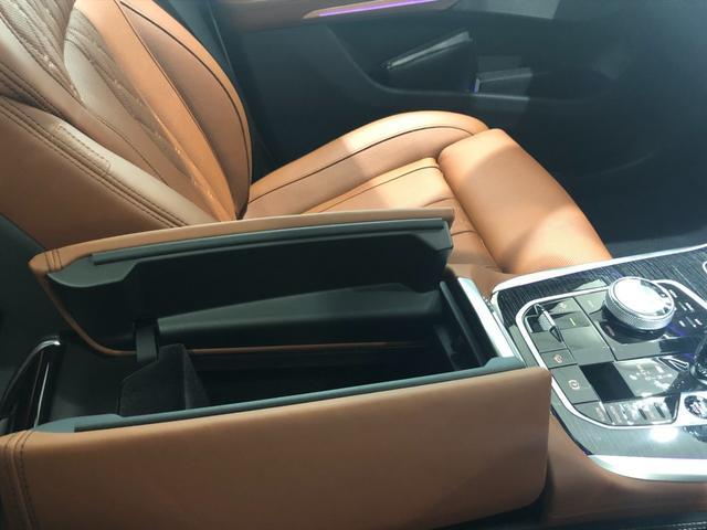 M50i サンルーフ 弊社デモカー 禁煙車 6人乗 リアシートディスプレイ ブラウンレザーシート フルセグTV 21インチAW エアサスペンション ハーマンカードンスピーカー ステアリングヒーター(34枚目)