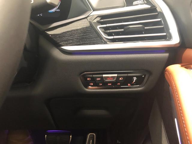 M50i サンルーフ 弊社デモカー 禁煙車 6人乗 リアシートディスプレイ ブラウンレザーシート フルセグTV 21インチAW エアサスペンション ハーマンカードンスピーカー ステアリングヒーター(36枚目)