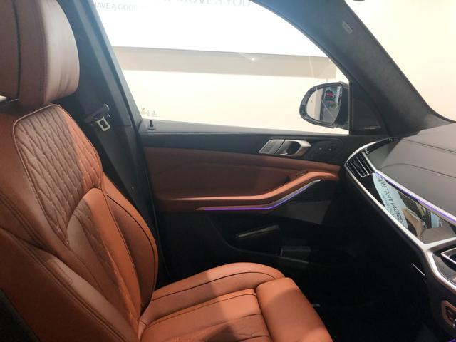 M50i サンルーフ 弊社デモカー 禁煙車 6人乗 リアシートディスプレイ ブラウンレザーシート フルセグTV 21インチAW エアサスペンション ハーマンカードンスピーカー ステアリングヒーター(41枚目)