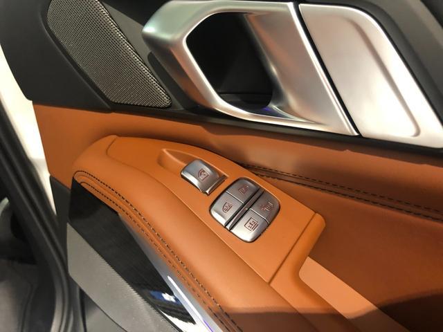 M50i サンルーフ 弊社デモカー 禁煙車 6人乗 リアシートディスプレイ ブラウンレザーシート フルセグTV 21インチAW エアサスペンション ハーマンカードンスピーカー ステアリングヒーター(45枚目)