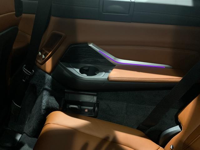 M50i サンルーフ 弊社デモカー 禁煙車 6人乗 リアシートディスプレイ ブラウンレザーシート フルセグTV 21インチAW エアサスペンション ハーマンカードンスピーカー ステアリングヒーター(67枚目)