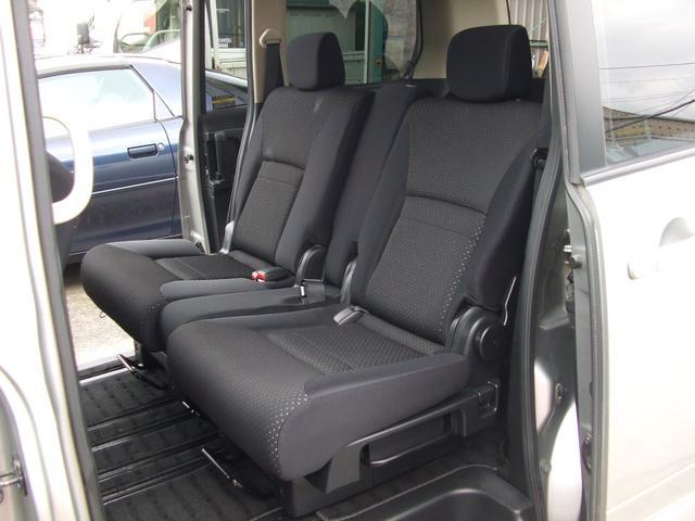 センターシートはフロントシート迄スライドしてベンチシートでも使えます。