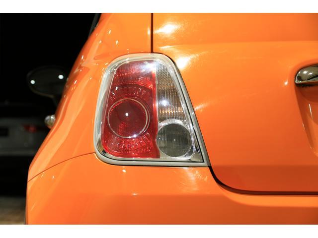 現行モデルとは違う形状のテールランプです。これはこれでレトロな味があって、この車に似合っていると思います♪