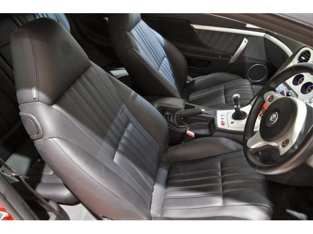 大型のガラス張りサンルーフ「スカイウインドー」は、車内に明るさを取り込み、さらなる開放感が得られます!