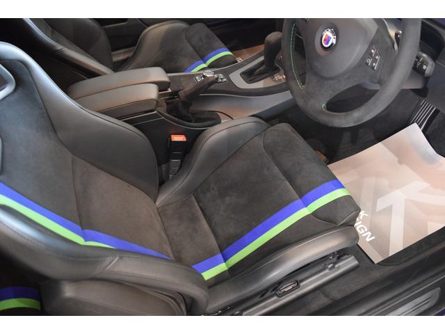・RECARO社製ストライプ入りブラックアルカンタラセミバケットシート
