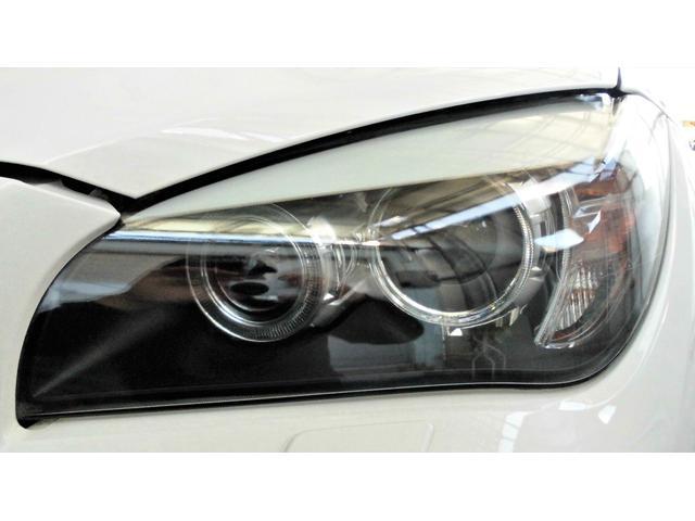 BMWならではのイカリングに加え、プロジェクターキセノンライトが高級感を演出してくれます。