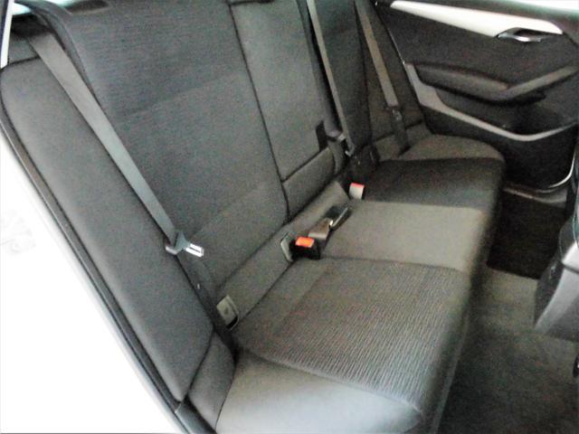リアシートも大人が乗車しても窮屈さを感じないほど、足元も広々しております。