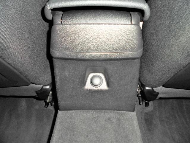 リアシートの足元にはシュガーソケット電源も確保されていますので何かと役に立ちます。