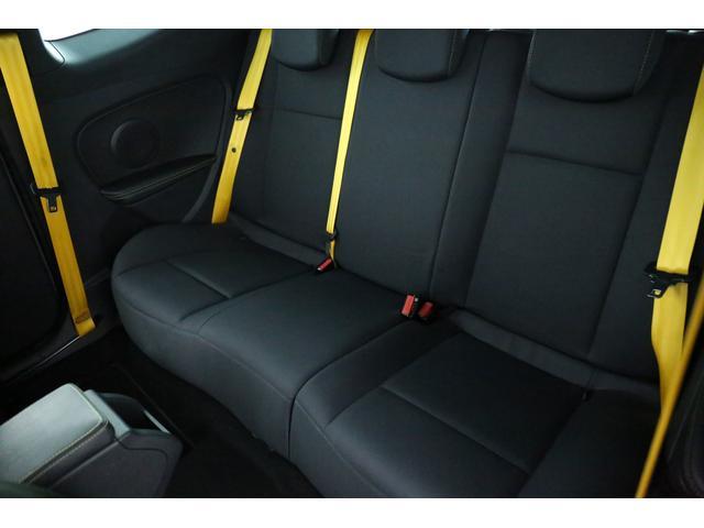 リアシートには3名乗車可能でリアシートにもイエローカラーシートベルトで非常におしゃれです。