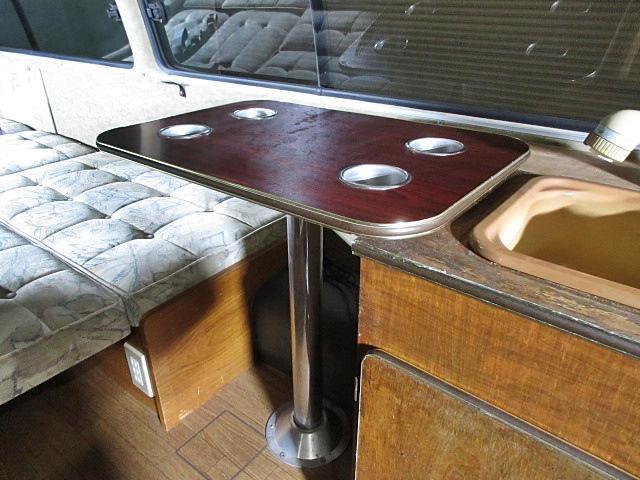 便利なテーブル付です♪位置を変えることも可能です。