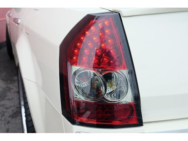 5.7HEMI 08後期モデル GIMMICモディファイキット フロントバンパーエアロ サイドステップ リアアンダーエアロ トランクスポイラー 24インチホイール GIMMICデュアルマフラー ブラックレザーシート(28枚目)