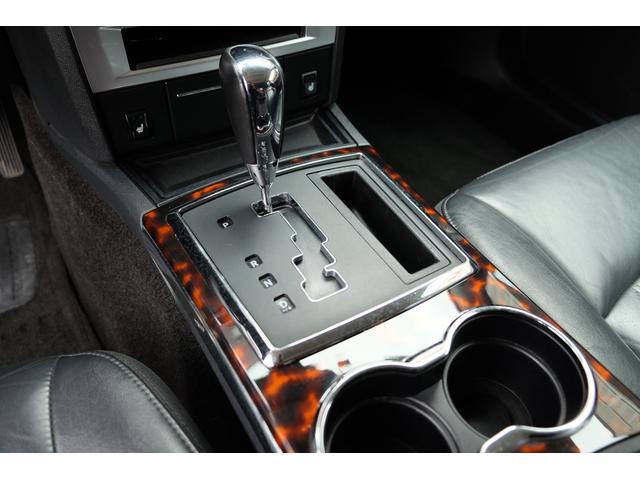5.7HEMI 08後期モデル GIMMICモディファイキット フロントバンパーエアロ サイドステップ リアアンダーエアロ トランクスポイラー 24インチホイール GIMMICデュアルマフラー ブラックレザーシート(48枚目)