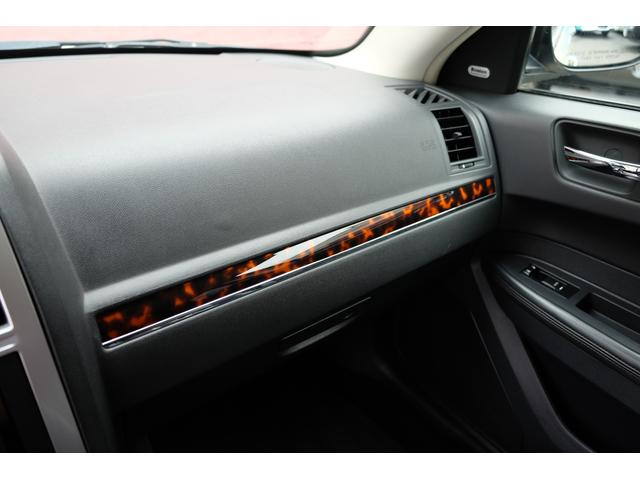5.7HEMI 08後期モデル GIMMICモディファイキット フロントバンパーエアロ サイドステップ リアアンダーエアロ トランクスポイラー 24インチホイール GIMMICデュアルマフラー ブラックレザーシート(49枚目)