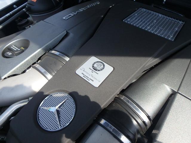 エンジンにはAMG特有のマイスターのエンブレムがあります。