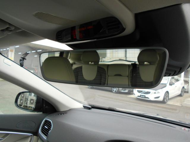 スタイリッシュなルームミラーは自動防眩機能付きで後方の車のヘッドライトもまぶしくありません。