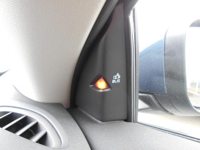 ミラーの死角となる左右後方をレーダーで確認する【BLIS】。左右後方に車両がいるときはオレンジ色に光り警告します。