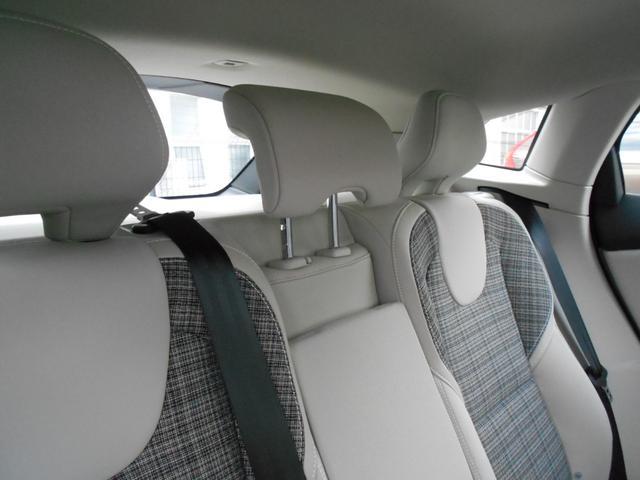 後席中央に乗員用のヘッドレストは上下でき使用しないときは収納かのうです。