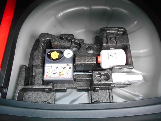 ラゲッジルームの下にはパンク修理キットが搭載されています。