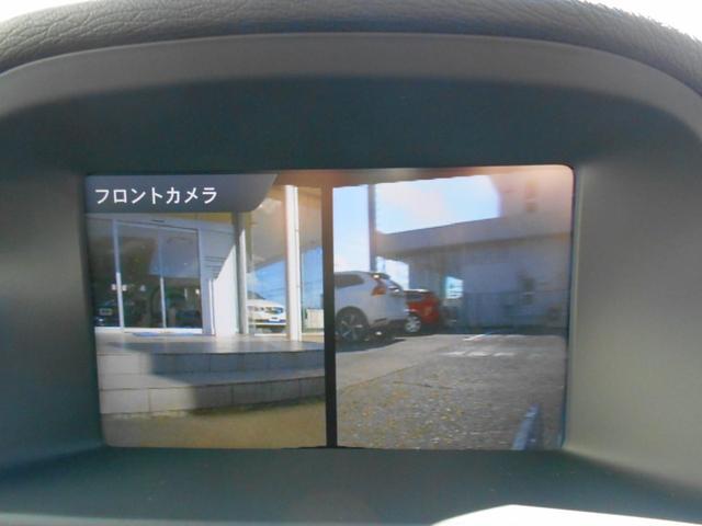 フロントビューカメラで前方の左右を確認。