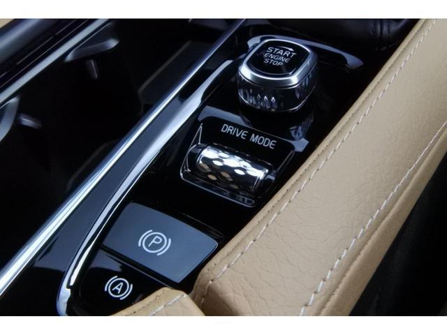 センターコンソールに「スタートスイッチ」「ドライブモード」「パーキングスイッチ」「オートホールドブレーキ」などの機能が集約されています。